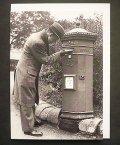 イギリス ポストカード 1935年郵便ポストに手紙を投函する男性